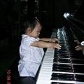 小恩彈鋼琴1.JPG