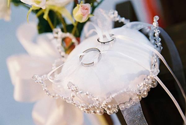 戒指枕頭是新郎妹親手製作的喔!