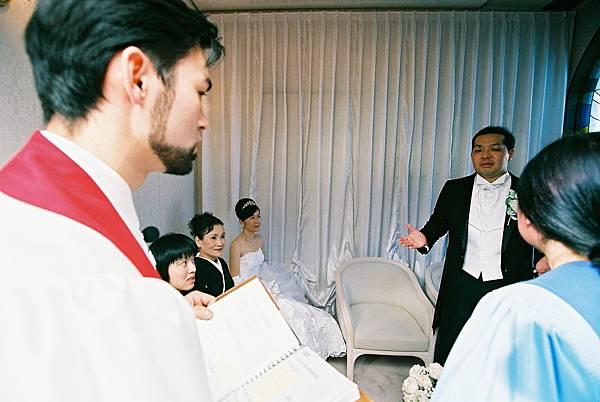 外國人牧師與我們討論細節