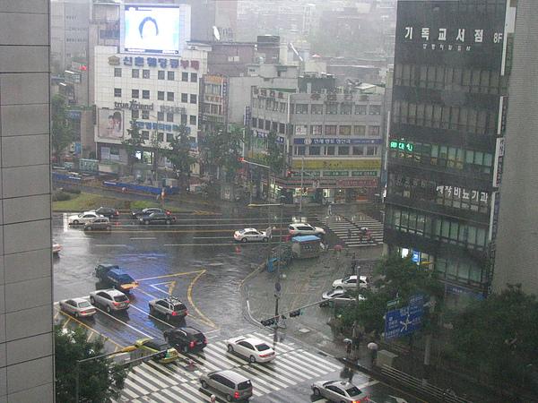 這是我第一次遇到出國要搬行李的那天是雨天