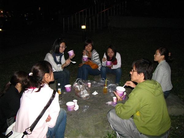 在公園裡面吃包心粉圓吃完大家都快冷死了 XD