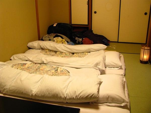 床的前面還有一盞小燈
