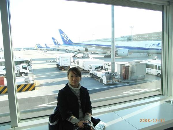 和一整排的ANA飛機合照