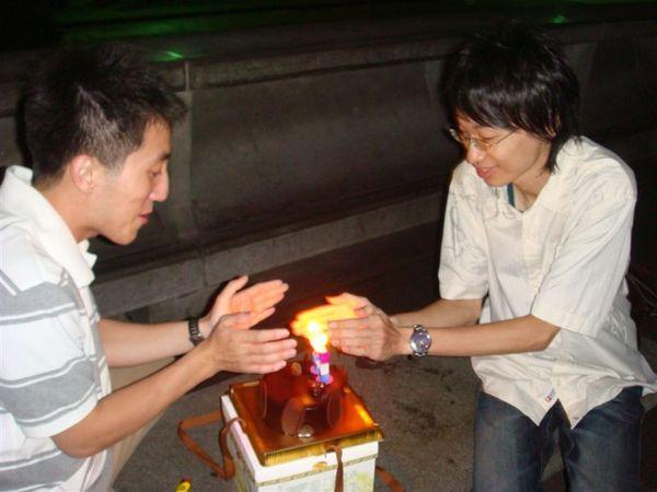 在國父紀念館點蠟燭取暖