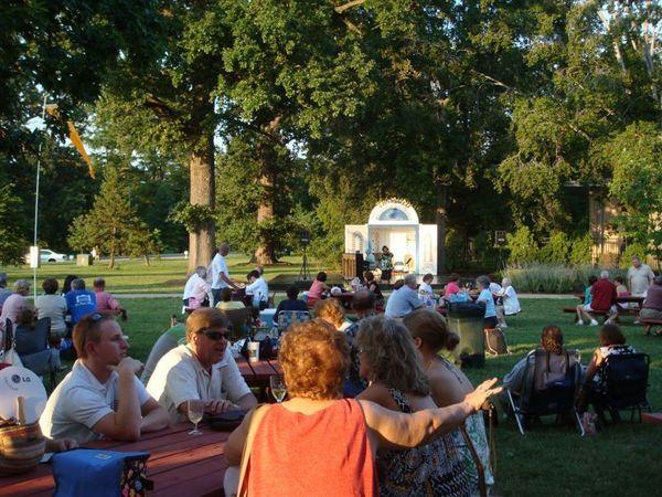 公園裡有多處戶外小型演唱