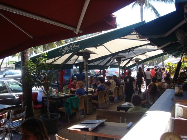 沿著南灘的Ocean Dr上是琳瑯滿目的餐廳