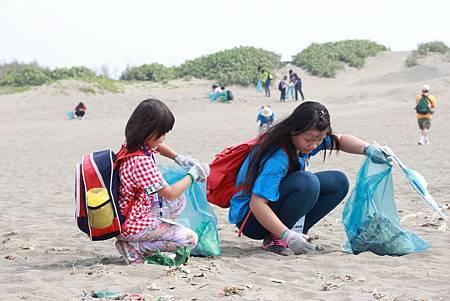 青年志工陪伴孩童淨灘.JPG