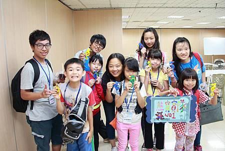 孩童與青年志工拿著成品合照.JPG