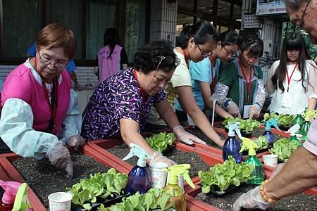 學生協助長輩種菜
