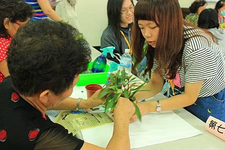 小天使協助爺奶修剪枝葉.JPG