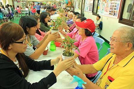 志工與長輩留下共同的植栽回憶.JPG