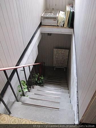 2F往1F樓梯