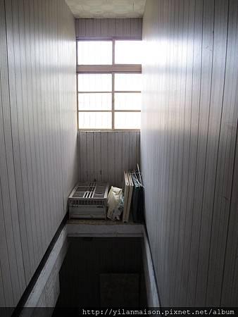 2F往1F樓梯上有窗戶