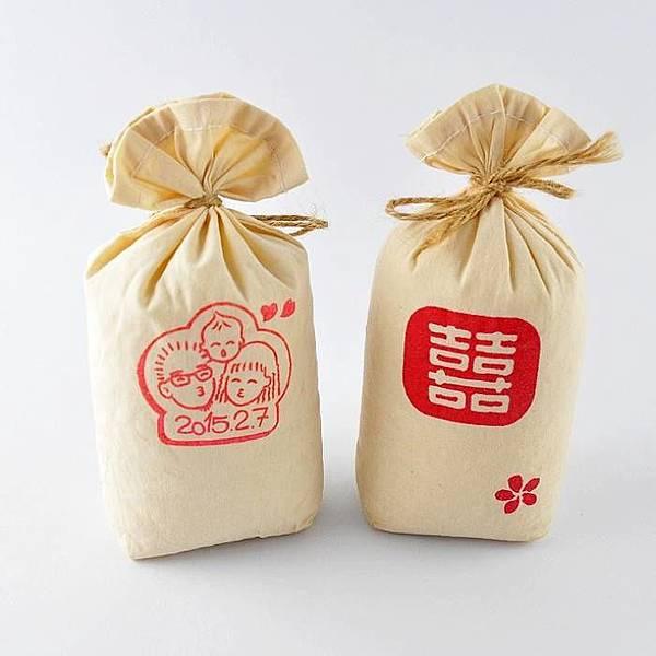 2f349b425fab 接下來這個幸福抱稻客製喜米推薦的名字別具心意,叫做袋來幸福,使用脫氧包裝技術維持白米的新鮮,再裝入特製的可愛小布袋,選用吉祥的諧音取名,象徵把幸福新鮮裝入袋  ...