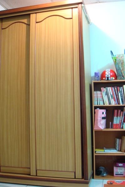 房東給的衣櫥還有我自己的四格書櫃