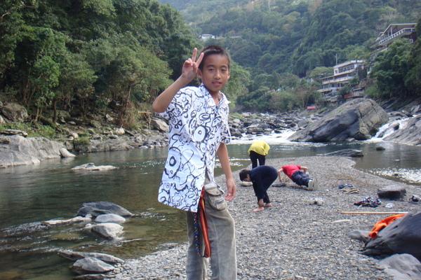 巧遇在那兒玩耍的泰雅族孩子