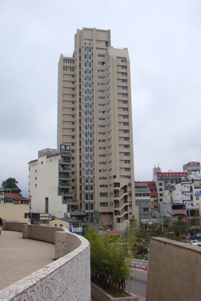矗立在遊客中心附近的飯店
