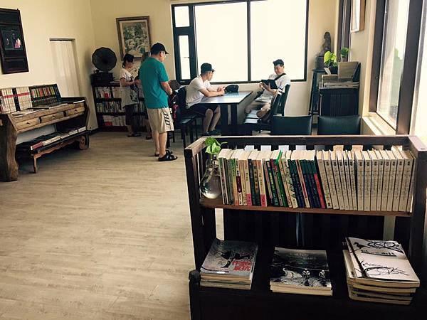 南竿坑道咖啡民宿「刺鳥咖啡書店」