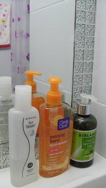 提供洗澡用品及毛巾.   但請自備牙刷!!!