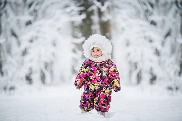 nina-ropa-invierno-jugando-nieve_98296-1008