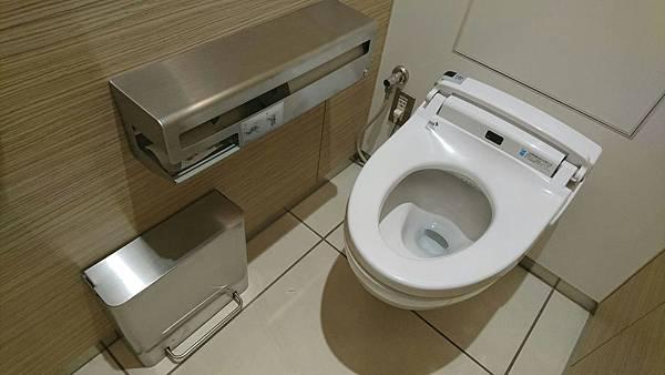 2. 廁所垃圾桶常倒
