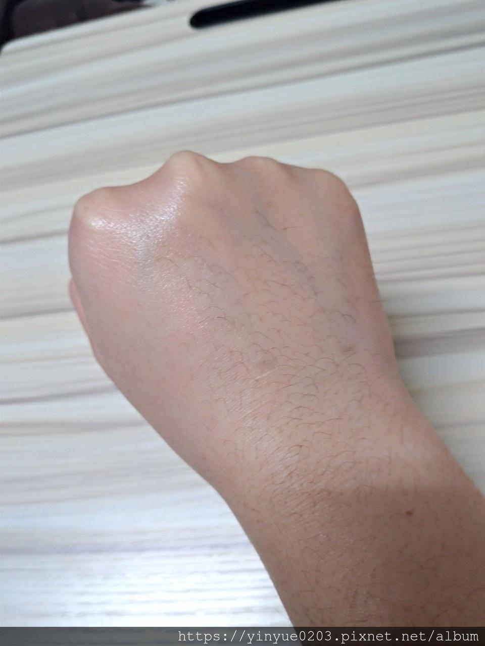 幼美肌超導逆時彈力水凝霜擦在手上吸收很快