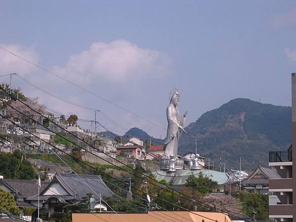遠眺福濟寺-觀音站在龜形靈廟上