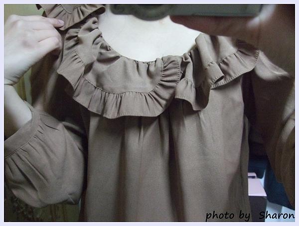 韓國 大小姐系大方簡約荷葉領後綁帶大袖造型咖色上衣-7.JPG