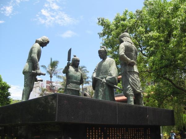 赤崁樓的銅像看起來好熱