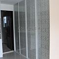 白烤鋁框門玻璃+雕花壁紙02.jpg