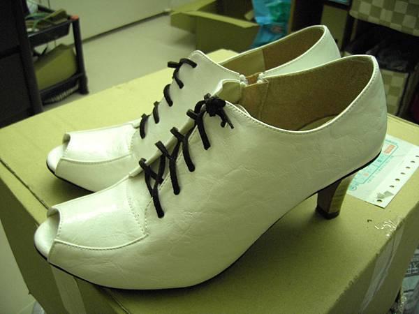 露趾中低跟牛津鞋  米白x咖啡鞋帶  上面寫23.5實際上是24號    八成