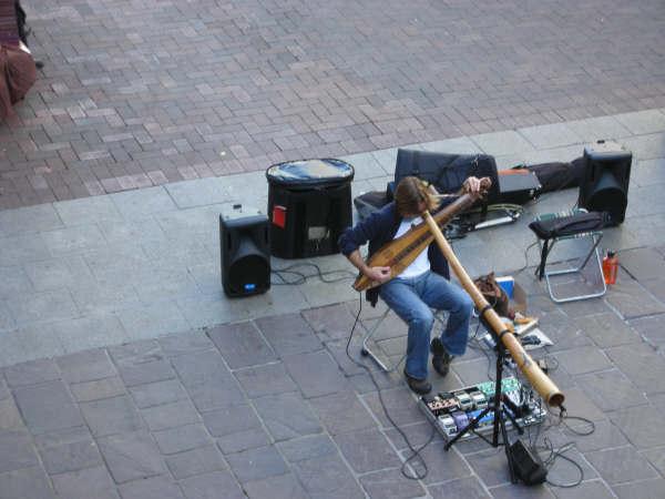 在柏斯市區吹奏原住民樂器