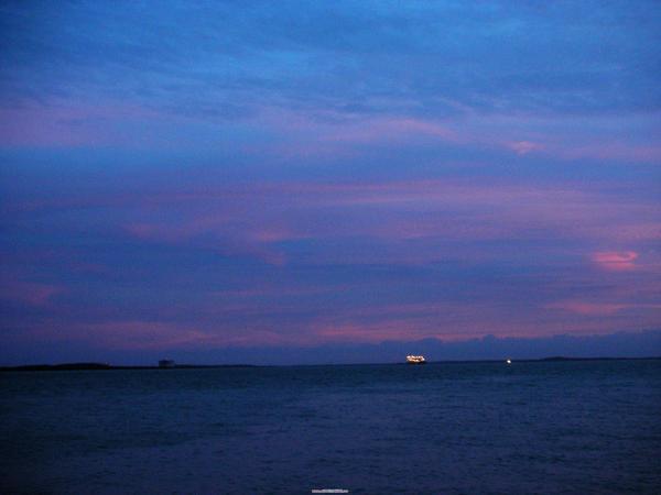漫天紫霞  伴漁火點點