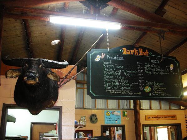 休息站餐廳櫃檯的牛頭擺飾
