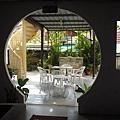 吃早餐的陽光庭院