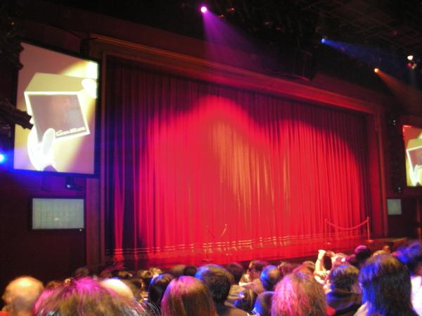 我們坐在舞台角落