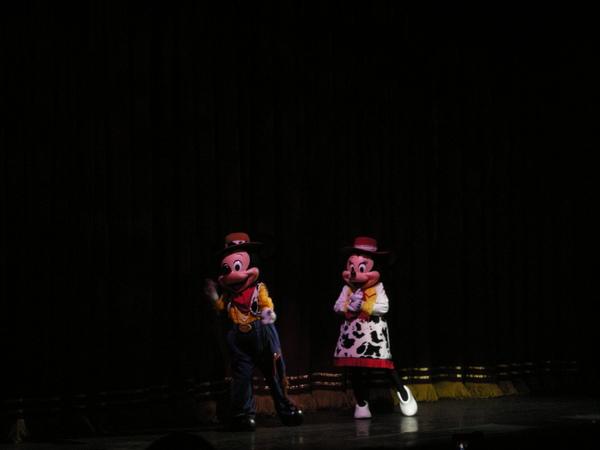 穿上玩具總動員戲服的米奇夫婦