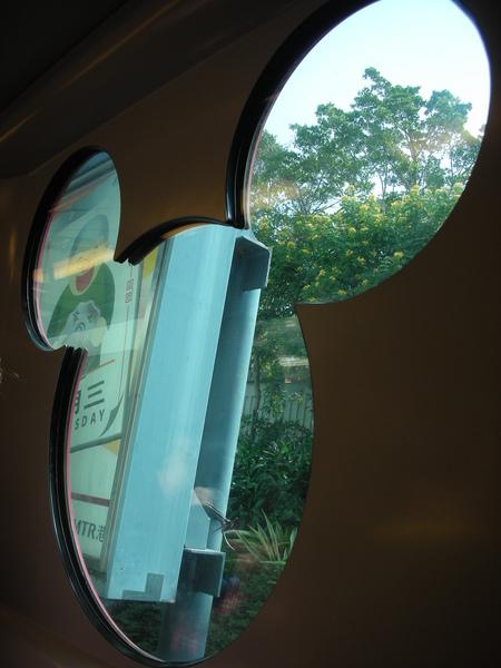 米奇剪影地鐵車窗