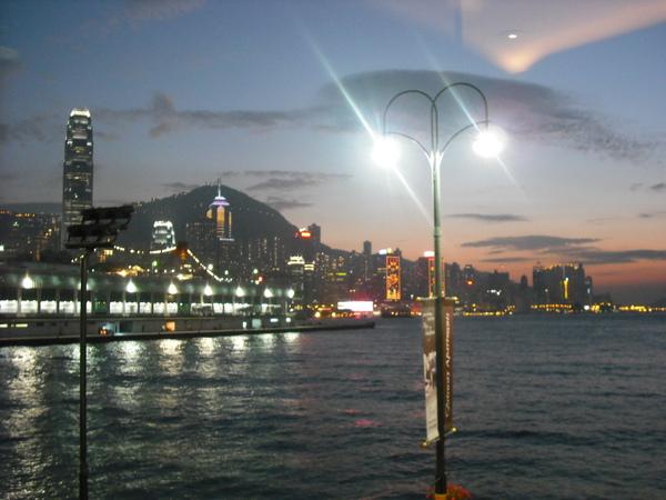 從海港城裡面拍的霓虹與晚霞