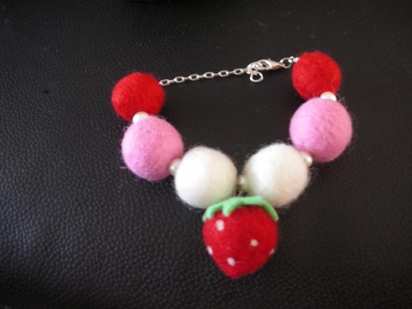 草莓羊毛球手鍊