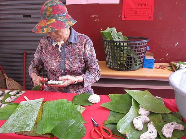 林中社區志工媽媽修剪芭蕉葉