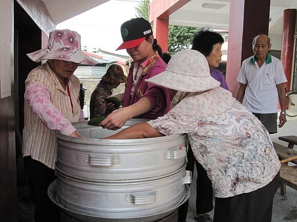 林中社區志工媽媽炊芋粿