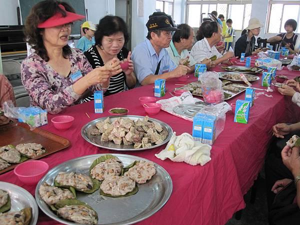 參加遊客享用芋頭、芋粿餐