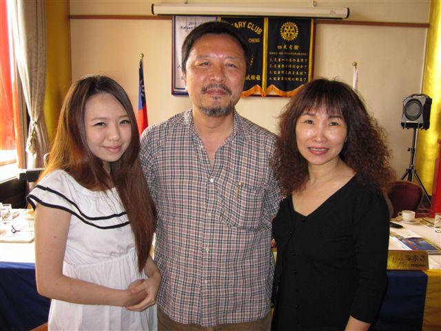 潘渭祥和黃曉君和大女兒(2011.9.13)IMG_3450.JPG