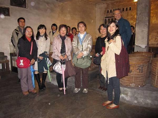 中研院老師在王有記茶行(2011.12.10)IMG_4161.JPG