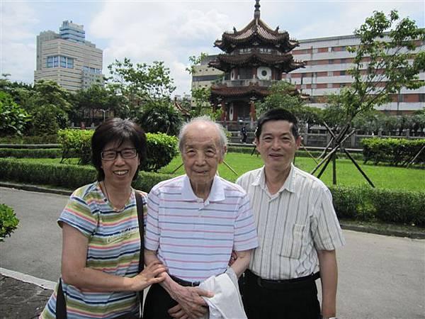 女兒和女婿陪九十二歲老爺爺(2012.6.11)IMG_5742