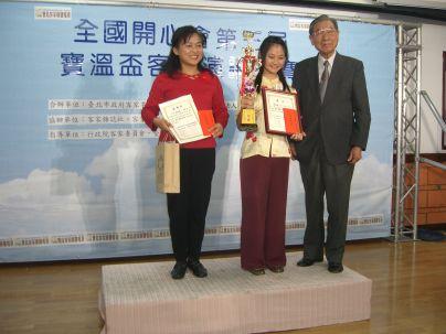 溫送珍頒獎高年級第一名(2010.4.17)CIMG8843.JPG