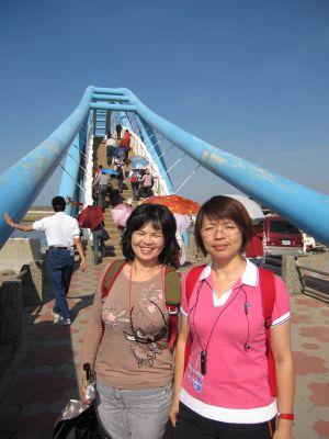 姊妹花在永安漁港觀海橋(2010.11.11)IMG_1137.JPG