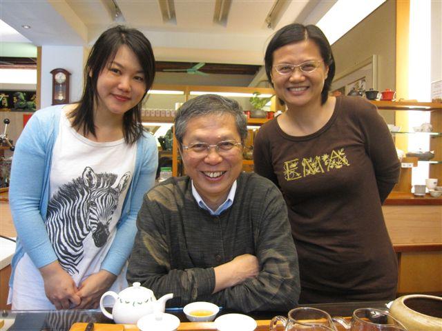 王連源董事長和施瑤青暨鐘孟廷兩位美女(2011.4.23)IMG_2482.JPG