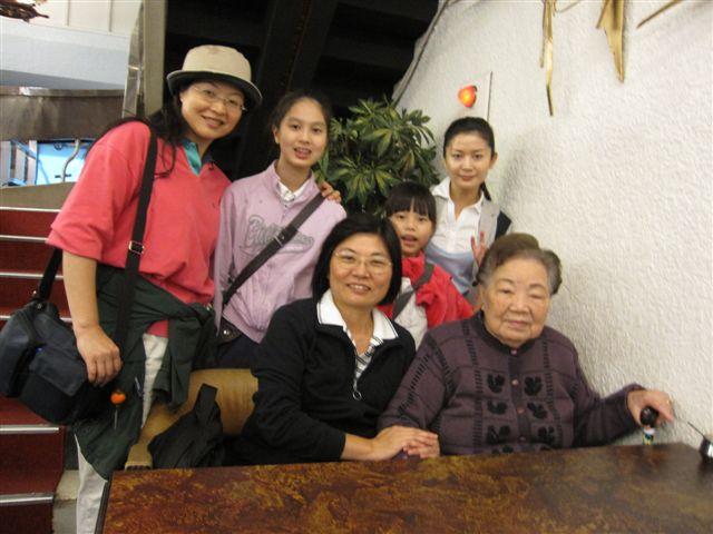 百歲人瑞廖水來夫人合影(2011.4.17)IMG_2436.JPG